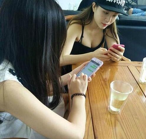 每次朋友聚会都以吃饭为名,聚在一起玩手机