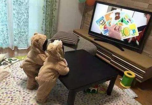 奇葩看电视花样多,光脚播新闻味道飘出屏幕了!