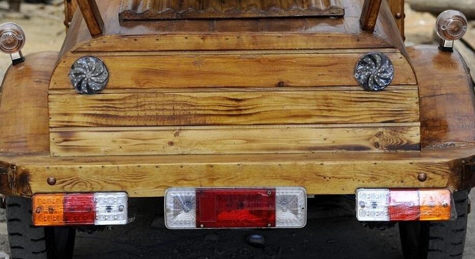 木匠纯手工打造木质电动轿车 时速50公里