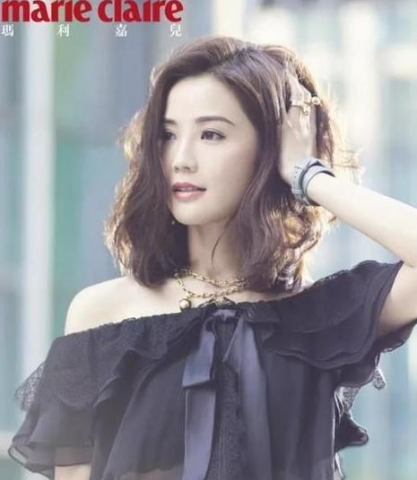 圆脸的蔡卓妍也是这款发型的粉丝,和赵丽颖的可爱感不同,蔡卓妍的烫发