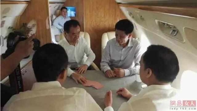 王健林在私人飞机上斗地主,鲁豫围观拍照